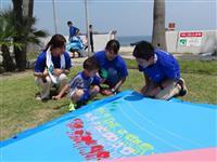 淡路市のビーチに「手形」アート 神戸学院大生が制作