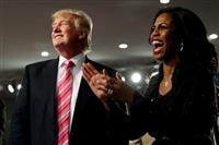 トランプ米大統領(左)の補佐官を務めたオマロサ・マニゴールト氏=2016年9月3日、米デトロイト(ロイター)