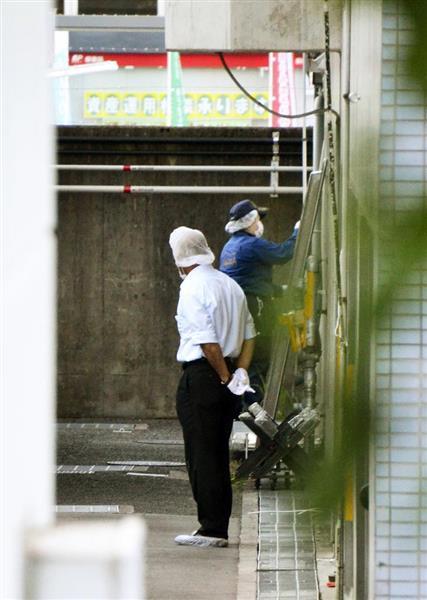 樋田淳也容疑者が逃走した大阪府警富田林署で、現場を調べる捜査員=13日