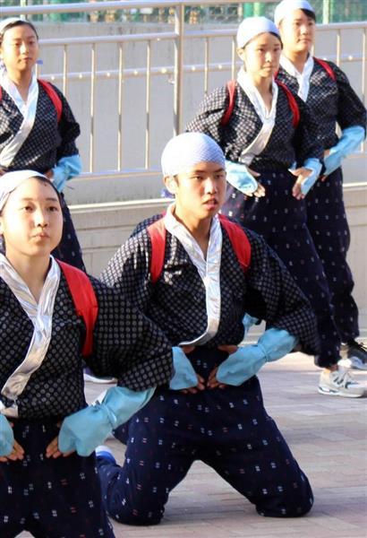 全国大会に向け、練習する福山寛太さん(中央)。耳は聞こえないが、他の部員と息のあったダンスを披露する=京都市北区