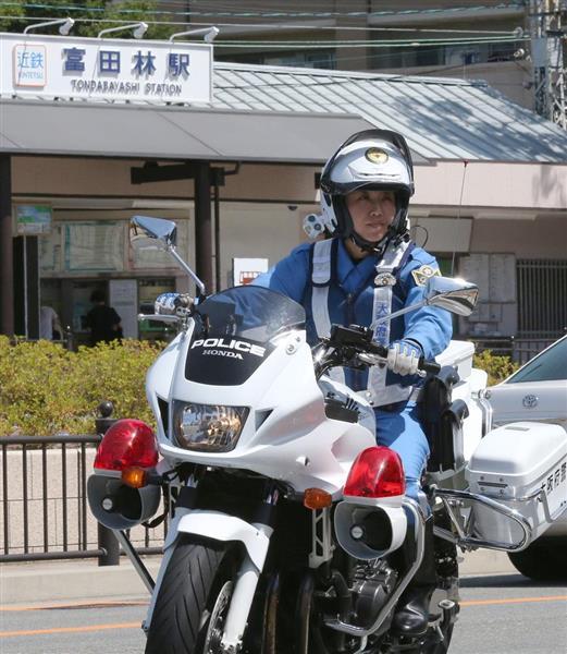 富田林駅周辺を白バイで警戒する警察官=14日午前、大阪府富田林市(永田直也撮影)
