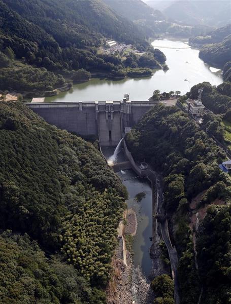 西日本豪雨で貯水位がピークに達し、緊急放流を行った野村ダム。その後、下流の約700棟が浸水するなどし、5人が亡くなった=4日、愛媛県西予市(本社ヘリから)