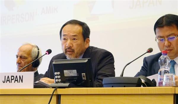 17日、ジュネーブで行われた国連人種差別撤廃委員会で、日本側の立場を説明する大鷹正人大使(中央、三井美奈撮影)