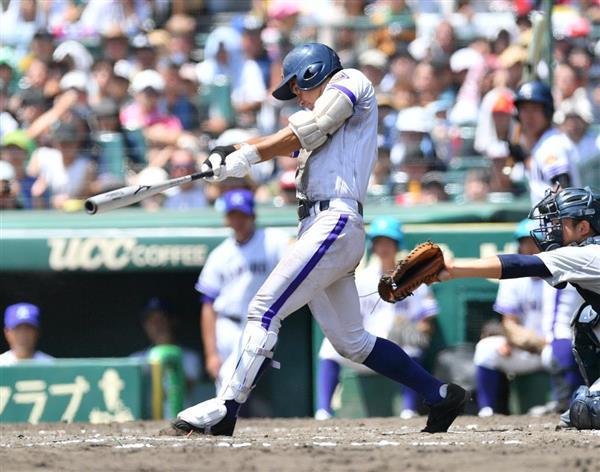 8回、逆転3点本塁打を放つ金足農・高橋佑輔=甲子園球場(佐藤徳昭撮影)