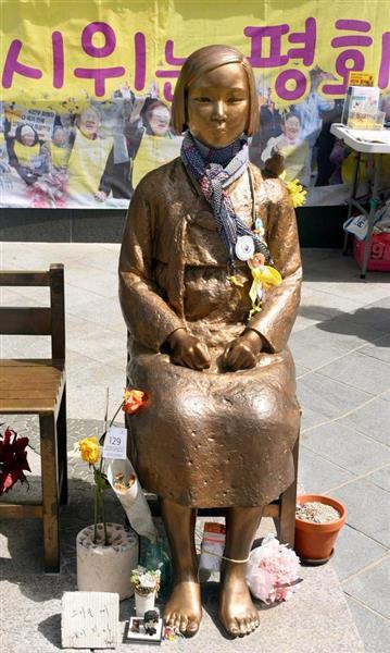 ソウルの日本大使館前に設置された慰安婦像(少女像)=韓国・ソウル(川口良介撮影)