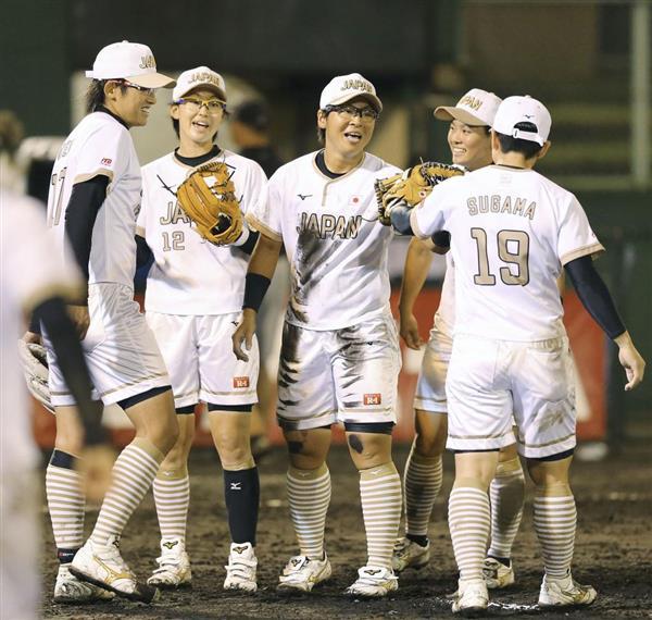 上野投手(左端)ら女子ソフトの日本選手たち