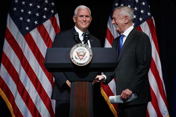 宇宙軍創設のイベントに参加した米国のペンス副大統領(左)とマティス国防長官=9日、ワシントン近郊の国防総省(AP)