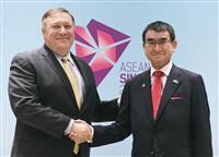 今月4日、握手する河野外相(右)とポンペオ米国務長官=シンガポール(共同)