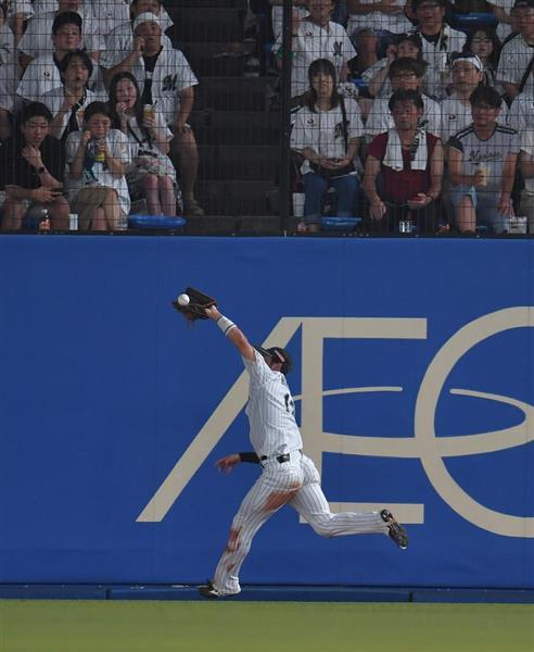 五回、オリックス・若月の打球を好捕するロッテ・平沢大河=25日、ZOZOマリンスタジアム(田村亮介撮影)
