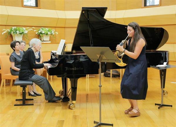 音楽祭のワークショップで、ホルン奏者カテジナ・ヤブールコワさんとピアノを演奏される皇后さま=27日午後、群馬県草津町(代表撮影)