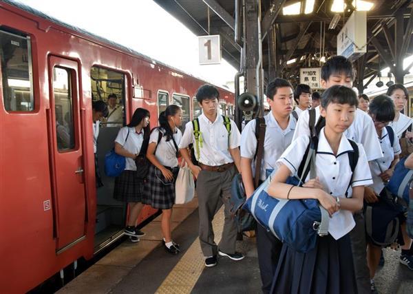 津山駅ホームに到着した姫新線の列車から降りる学生ら