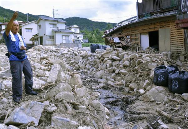土石流被害の爪痕が残る「洋国団地」で、日ごろの備えの大切さを説く防災リーダーの大野昭慶さん=広島県東広島市