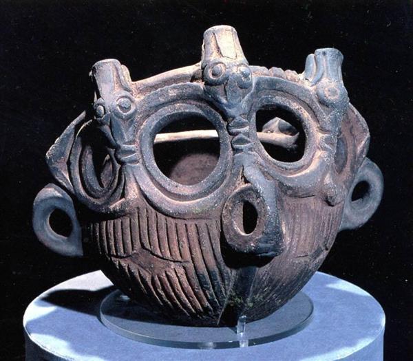 長野諏訪市の穴場遺跡から出土した「動物装飾付釣手土器」(諏訪市教育委員会提供)