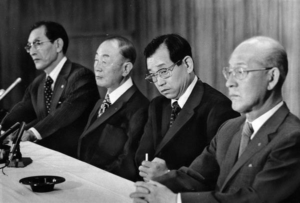 昭和52年、吉田監督(右から2人目)の退団会見。手前が当時、代行だった田中オーナー