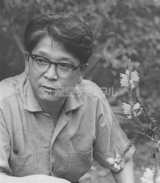 桂春団治の伝記を書き始めたころ。自宅の庭でインタビューに答える49歳の富士正晴 =大阪府茨木市