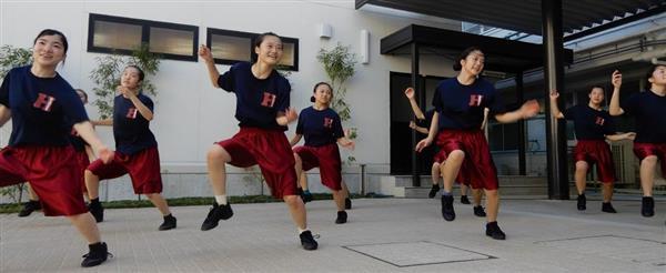 練習に励む羽衣学園ダンス部の3年生ら=高石市東羽衣