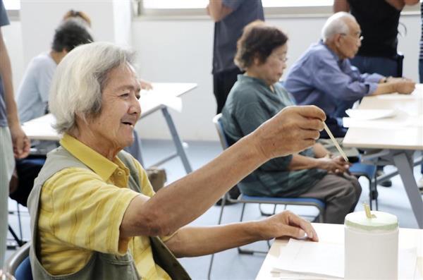 住宅の割り振りのため抽選をする被災者=31日午前、愛媛県宇和島市