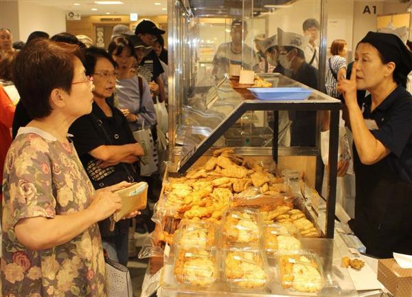 連日、大勢の客が並ぶ「安岡蒲鉾店」の出店ブース=大阪市阿倍野区