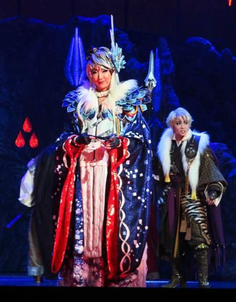 芝居「Thunderbolt Fantasy東離劍遊紀」で主人公を演じるトップ、紅ゆずる(左)と男役スターの礼真琴