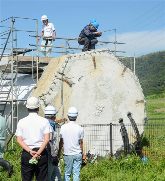 風車の土台部分を調べる学識経験者ら=8月31日、兵庫県淡路市小倉の北淡震災記念公園