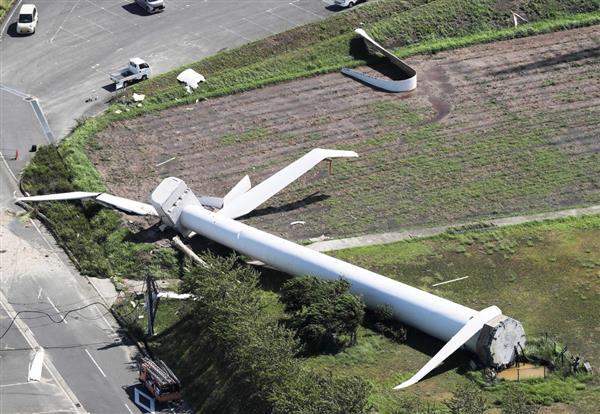 台風20号通過時に倒れた風車=8月24日、兵庫県淡路市(本社ヘリから、彦野公太朗撮影)
