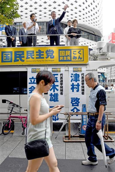 代表選立会演説会を行った玉木雄一郎共同代表(車上中央左)と津村啓介元内閣府政務官(同右)だが、通行人の反応は冷ややか…=2日午後、東京・銀座(酒巻俊介撮影)
