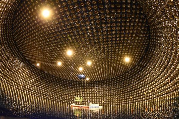 ニュートリノ観測装置「スーパーカミオカンデ」(東京大宇宙線研究所神岡宇宙素粒子研究施設提供)