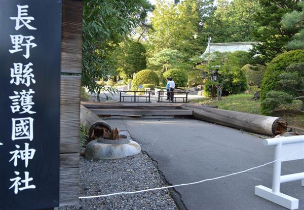 根元から折れた長野県護国神社の脇鳥居=5日、長野県松本市(久保まりな撮影)