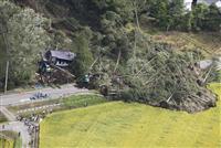 地震で発生した北海道厚真町の土砂崩れ現場=6日午前8時53分(共同通信社機から)