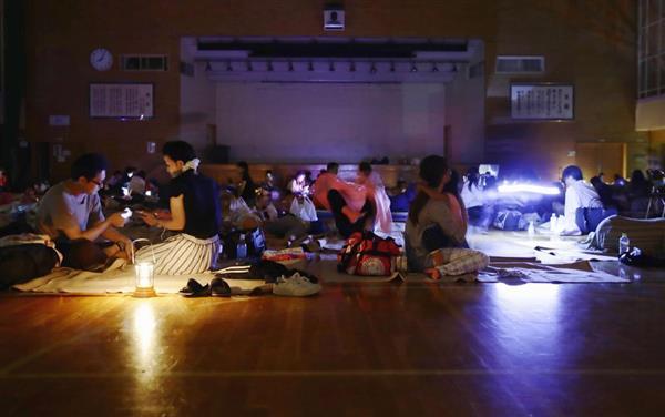 【北海道震度7地震】避難所で疲れた表情浮かべる住民「話す力もない」「命が持たない」 - 産経ニュース