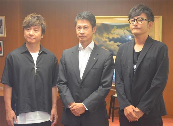 被災地支援としてライブの収益金を寄付する意向をを湯崎英彦知事(中央)伝えたポルノグラフィティの2人=県庁