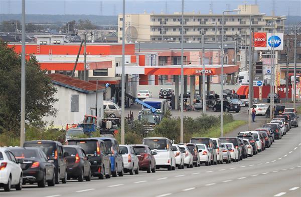 厚真町に隣接する苫小牧市内では、ガソリンスタンドに長い列ができた=7日午後、北海道苫小牧市(桐原正道撮影)