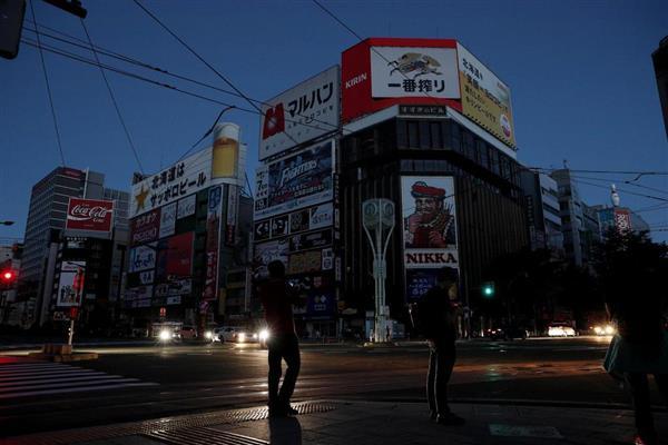 停電で広告看板などが消えたままになっている札幌市中心部の繁華街ススキノ=6日午後6時28分