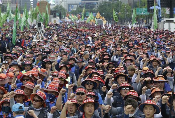 7月12日、ソウルで雇用確保を求めてデモを行う建設業界の労働者ら。韓国では雇用環境の悪化が続いている(AP)