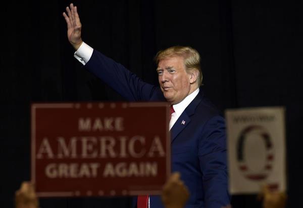 国民から歓迎を受けるトランプ米大統領=7日、サウスダコタ州(AP)