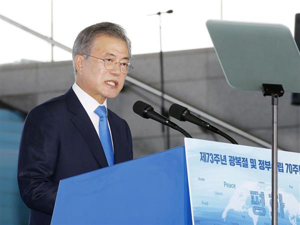 8月15日、「光復節」式典で演説する韓国の文在寅大統領=ソウル(共同)
