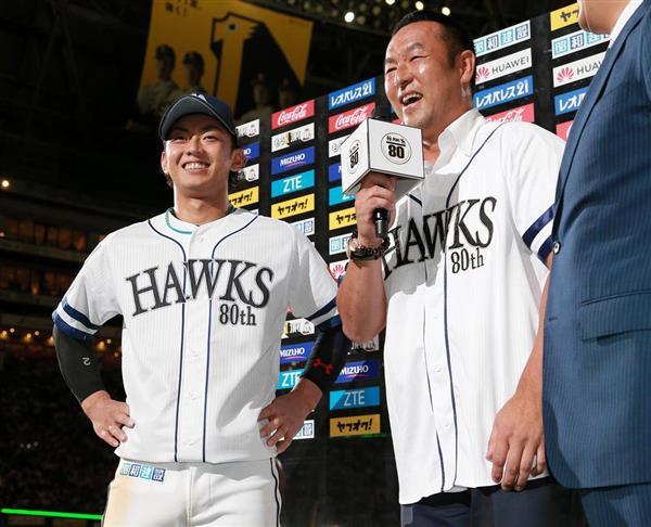 お立ち台で松中信彦氏にインタビューを受けるソフトバンクの今宮健太=9日、ヤフオクドーム(仲道裕司撮影)
