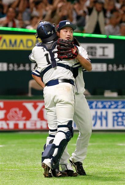試合終了後、高谷裕亮と抱き合うソフトバンク・森唯斗=9日、ヤフオクドーム(仲道裕司撮影)