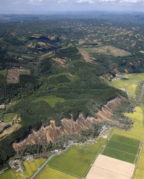 地震で大規模な土砂崩れが発生した北海道厚真町吉野地区(手前)=6日