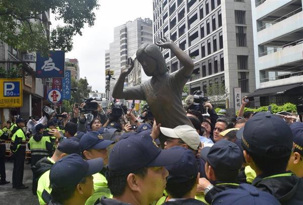 10日、台北の日本台湾交流協会前で、慰安婦像のレプリカを掲げて規制線突破を試み、警察と押し合いになるデモの参加者(田中靖人撮影)
