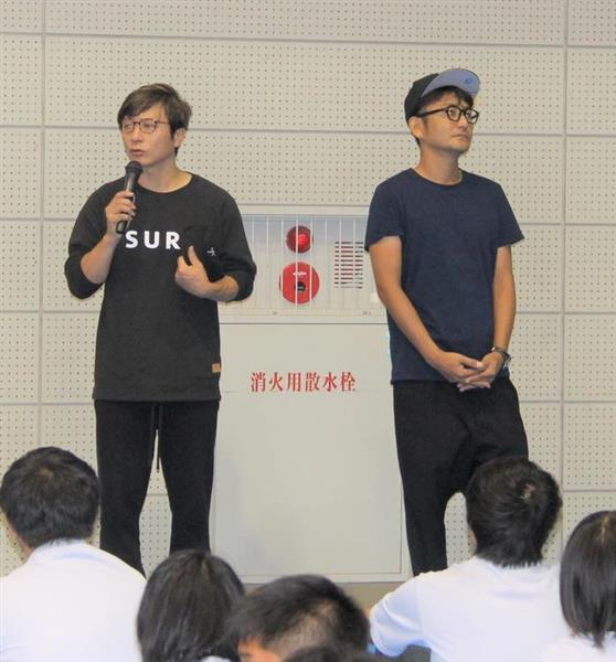 母校・因島高の生徒たちに、無念そうに開催中止を伝える岡野(左)と新藤=9日、広島県尾道市