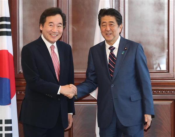 韓国の李洛淵首相(左)の表敬訪問を受け、握手する安倍晋三首相=2018年9月11日、ロシア・ウラジオストク(代表撮影)