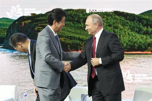 東方経済フォーラム全体会合で、発言後、ロシアのプーチン大統領(右)と握手する安倍晋三首相。左は中国の習近平国家主席=12日午後、ロシア・ウラジオストク(古厩正樹撮影)