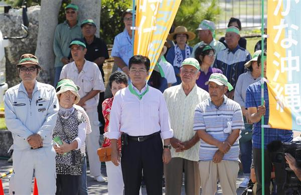 沖縄県知事選が告示され、候補者の第一声を聞く支持者ら=13日午前、沖縄県・伊江島