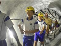 神戸で小学生が浸水対策の地下トンネル「雨水幹線」歩いて見学