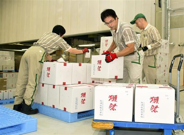 被災後初めて行われた「獺祭」の出荷作業=13日午前、山口県岩国市