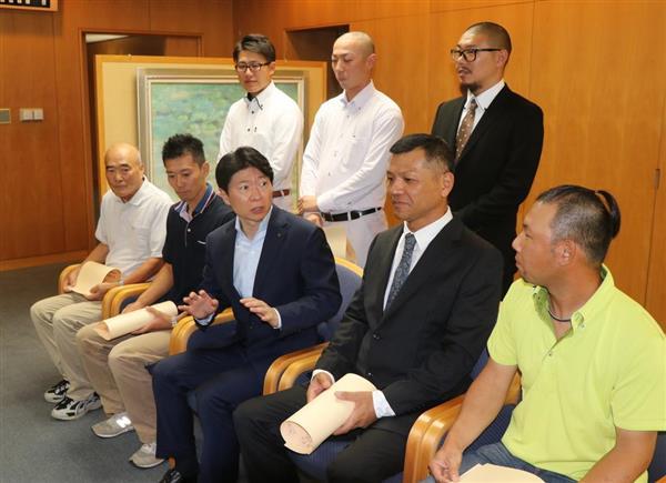 感謝状贈呈の後、当時の状況などを聞く伊原木隆太知事(前列中央)=県庁