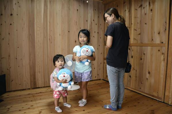 福島県いわき市から移築された木造仮設住宅で、室内を確認する入居者=15日、岡山県総社市