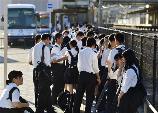 JR山陽線の本郷駅前で代行バス(左奥)への乗車を待つ広島県立総合技術高の生徒ら=8月29日、広島県三原市