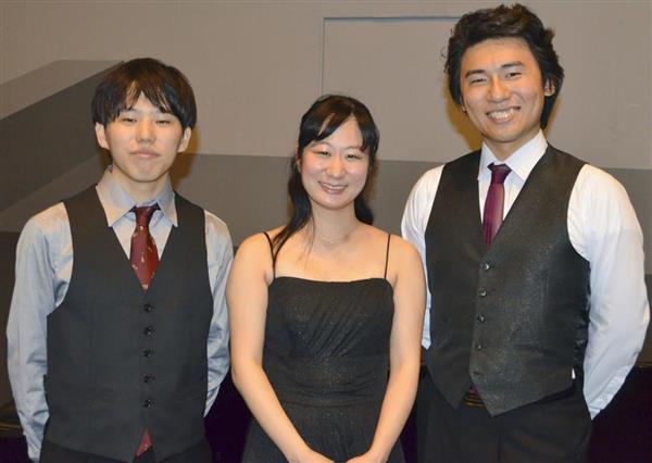 ドイツ南部のミュンヘン国際音楽コンクールの三重奏部門で1位になり、笑顔を見せる「葵トリオ」の(左から)チェロの伊東裕さん、バイオリンの小川響子さん、ピアノの秋元孝介さん=15日(共同)